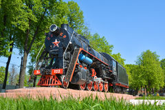 Alte sowjetische Dampflokomotive auf dem Hintergrund der Natur horizontal Stockfotografie