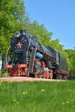 Alte sowjetische Dampflokomotive auf dem Hintergrund der Natur vertikal Stockbilder