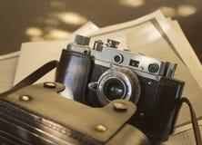Alte sowjetische Kamera im weichen Sonnenlicht Weinlesekamera in einem ledernen Fall Lizenzfreies Stockfoto