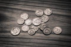 Alte sowjetische Münzen auf einem hölzernen Hintergrund - einfarbiges Weinleseklo Lizenzfreies Stockfoto