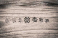 Alte sowjetische Münzen auf einem hölzernen Hintergrund - einfarbiges Weinleseklo Lizenzfreie Stockbilder