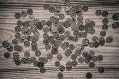Alte sowjetische Münzen auf einem hölzernen Hintergrund - einfarbiges Weinleseklo Stockfotos