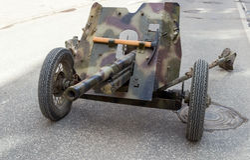 Alte sowjetische Panzerabwehr- 45 Millimeter-Kanone Stockbild