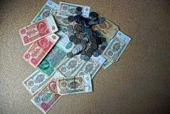 Alte sowjetische Rechnungen und Münzen auf einer grauen Tabelle Lizenzfreies Stockfoto