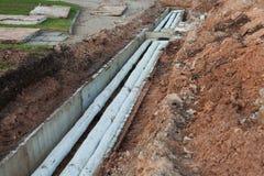 Alte, sowjetische Zeitwasserrohrleitungen nach Aushöhlung, schädigende Asbestbeschichtung stockbilder