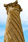 alte Spalte in der Afrika-Himmelgeschichte und -natur Lizenzfreie Stockfotos