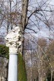 Alte Spalte mit Marmorvogel mit Schlagwasser des weiblichen Gesichtes Stockfotografie
