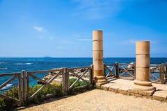 Alte Spalten auf Mittelmeerküste lizenzfreie stockbilder
