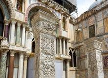 Alte Spalten nahe der Basilika di San Marco in Venedig Lizenzfreie Stockfotografie