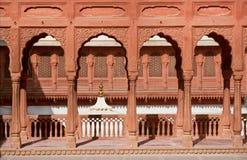 Alte Spalten und Bögen des Palastes in Indien Lizenzfreie Stockfotos