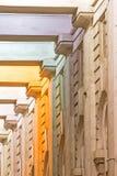 Alte Spaltenbogenreihe mit mehrfarbiger Beleuchtung in St Petersburg Stockbild