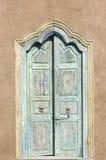 Alte spanische Art Tür durch eine Ziegelsteingartenwand Stockbild