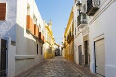 Alte spanische Stadtstraße mit Häusern Stockfotos