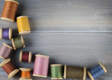 Alte Spulen des Threads auf hölzernem Hintergrund Lizenzfreie Stockbilder