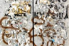 Alte städtische schmutzige Betonmauer mit heftigem getragenem abgezogenem Papierplakat, ADS Stockfotos