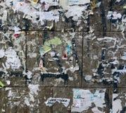 Alte städtische schmutzige Betonmauer mit heftigem getragenem abgezogenem Papierplakat, ADS Lizenzfreie Stockfotografie