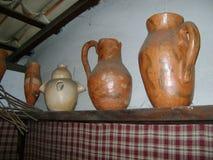 Alte Stücke machten vom Lehm, im Regal herausgestellt stock abbildung