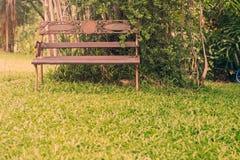 Alte Stühle im Garten Lizenzfreie Stockfotos