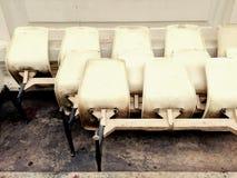 Alte Stühle werden gelassen Lizenzfreie Stockbilder