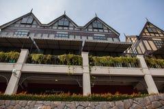 Alte Stadt auf Straße von der niedrigeren Ansicht mit nettem Balkon und Blumen Lizenzfreies Stockbild