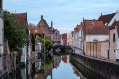 Alte Stadt Brügges und Kanal mit Wasserreflexion, Belgien Lizenzfreie Stockfotografie