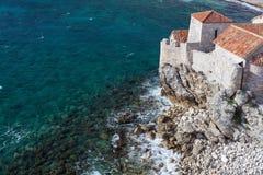 Alte Stadt Budva und adriatisches Meer Stockbild