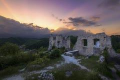 Alte Stadt in den Ruinen, die auf den Sun warten, um einzustellen Lizenzfreie Stockfotos