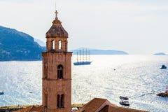 Alte Stadt Dubrovnik auf dem adriatisches Seehintergrund mit Schiff Lizenzfreie Stockbilder