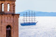 Alte Stadt Dubrovnik auf dem adriatisches Seehintergrund mit Schiff Stockbild