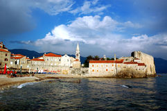 Alte Stadt durch das Meer Stockfotos