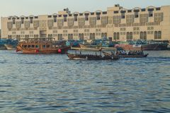 Alte Stadt, Fluss mit Booten und Schiffe Reisefoto Stockfotos