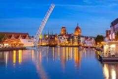 Alte Stadt in Gdansk und Brücke über Motlawa-Fluss an der Dämmerung Lizenzfreies Stockbild