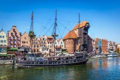 Alte Stadt Gdansks und berühmter Kran, polnisches Zuraw Motlawa-Fluss in Polen Stockfotos
