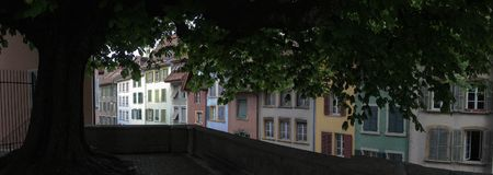 Alte Stadt-Häuser und Baum Lizenzfreies Stockbild