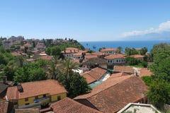Alte Stadt Kaleici Antalyas mit seinen berühmten roten Dächern und der Mediteranian-Ozean Stockfoto