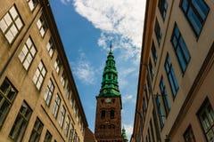 Alte Stadt Kopenhagens und kupferner Spiel von Nikolaj Church lizenzfreies stockbild