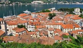 Alte Stadt Kotor vom Spitzenod der Hügel stockfotografie