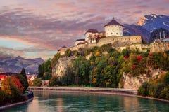 Alte Stadt Kufstein auf Gasthausfluß, Alpen Berge, Österreich Stockfotografie