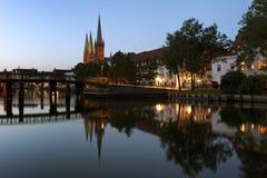 Alte Stadt Lübecks an der Dämmerung Stockbild