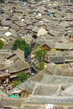 Alte Stadt Lijiang deckte Dachspitzen-hohe Winkelsicht mit Ziegeln Lizenzfreies Stockfoto