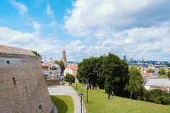 2017-06-25, alte Stadt Litauens, Vilnius, die Bastion der Wand in Vilnius, Ansicht zur alten Stadt, Ansicht zur Kirche des gesegn Lizenzfreie Stockfotos