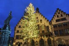 Alte Stadt mit der Justitia-Statue in Frankfurt in Deutschland Lizenzfreie Stockbilder