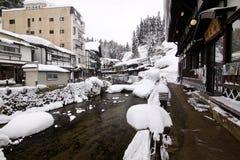 Alte Stadt mit Kanal und Bahn im Winter Lizenzfreie Stockfotos