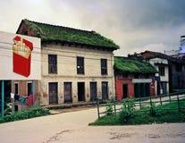 Alte Stadt mit verfallenden Häusern Stockfoto