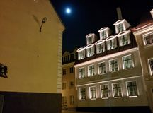 Alte Stadt nachts mit Mond im Himmel stockfotografie