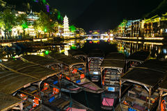 Alte Stadt neben Fluss Stockbild