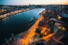 Alte Stadt Porto auf dem Duero-Fluss in der Nacht Stockfotos