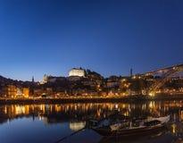 Alte Stadt Porto und Marksteinbrücke in Portugal nachts Lizenzfreies Stockfoto