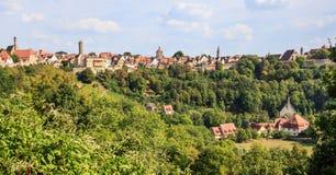 Alte Stadt Rothenburg-ob der Tauber, Wand und Kirche versteckt im Wald, Rothenburg-ob der Tauber, Deutschland Stockbild