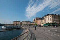 Alte Stadt Stockholms und Pier mit Booten, Schweden Stockfotos